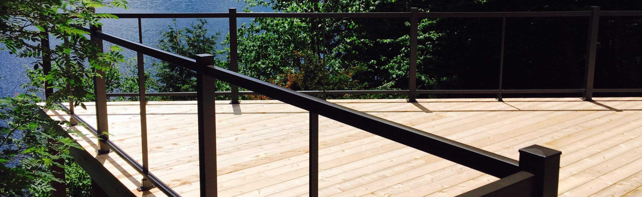 balcon avec rampe en verre et aluminium