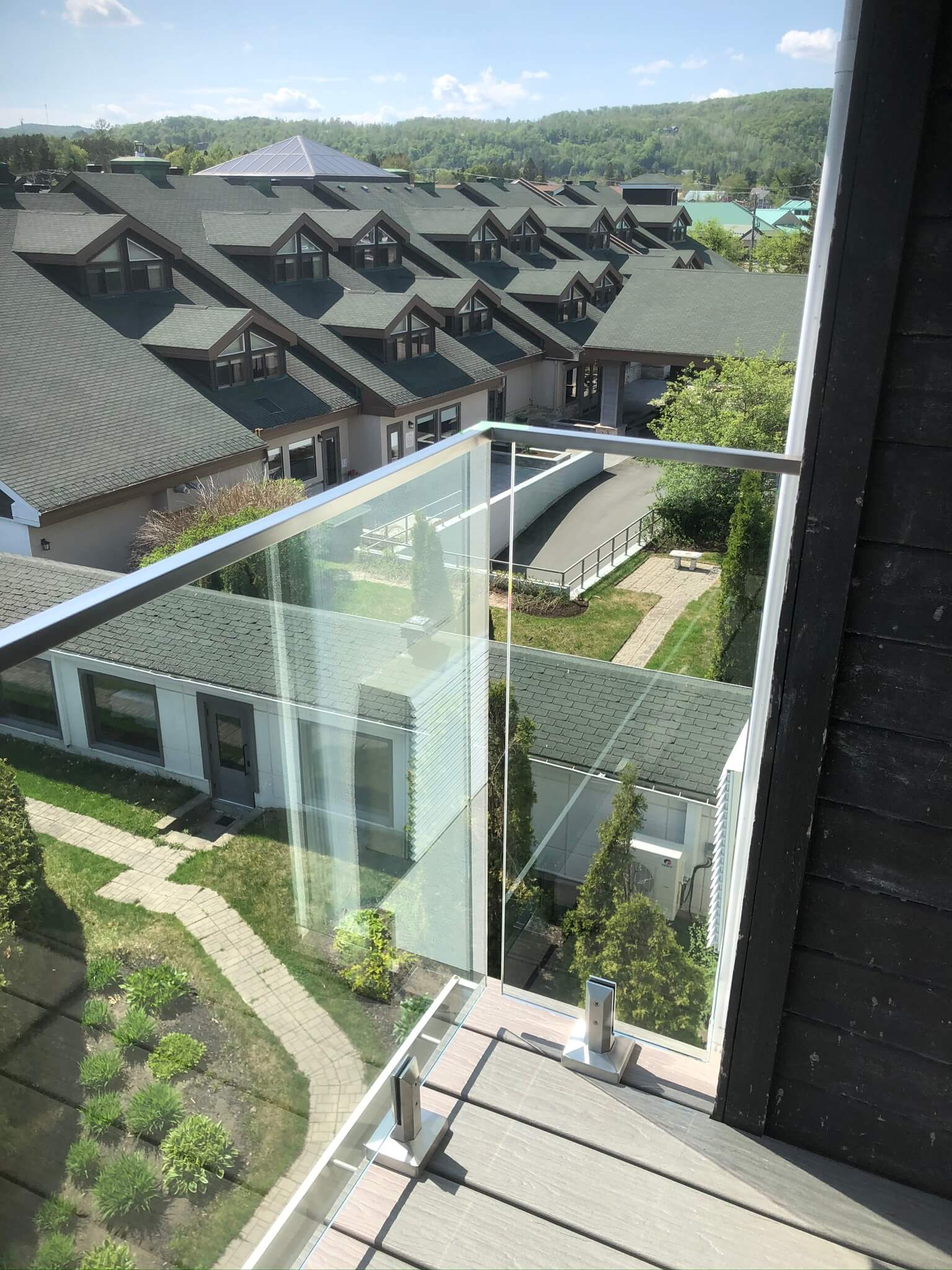 Glass railings at Manoir Saint-Sauveur