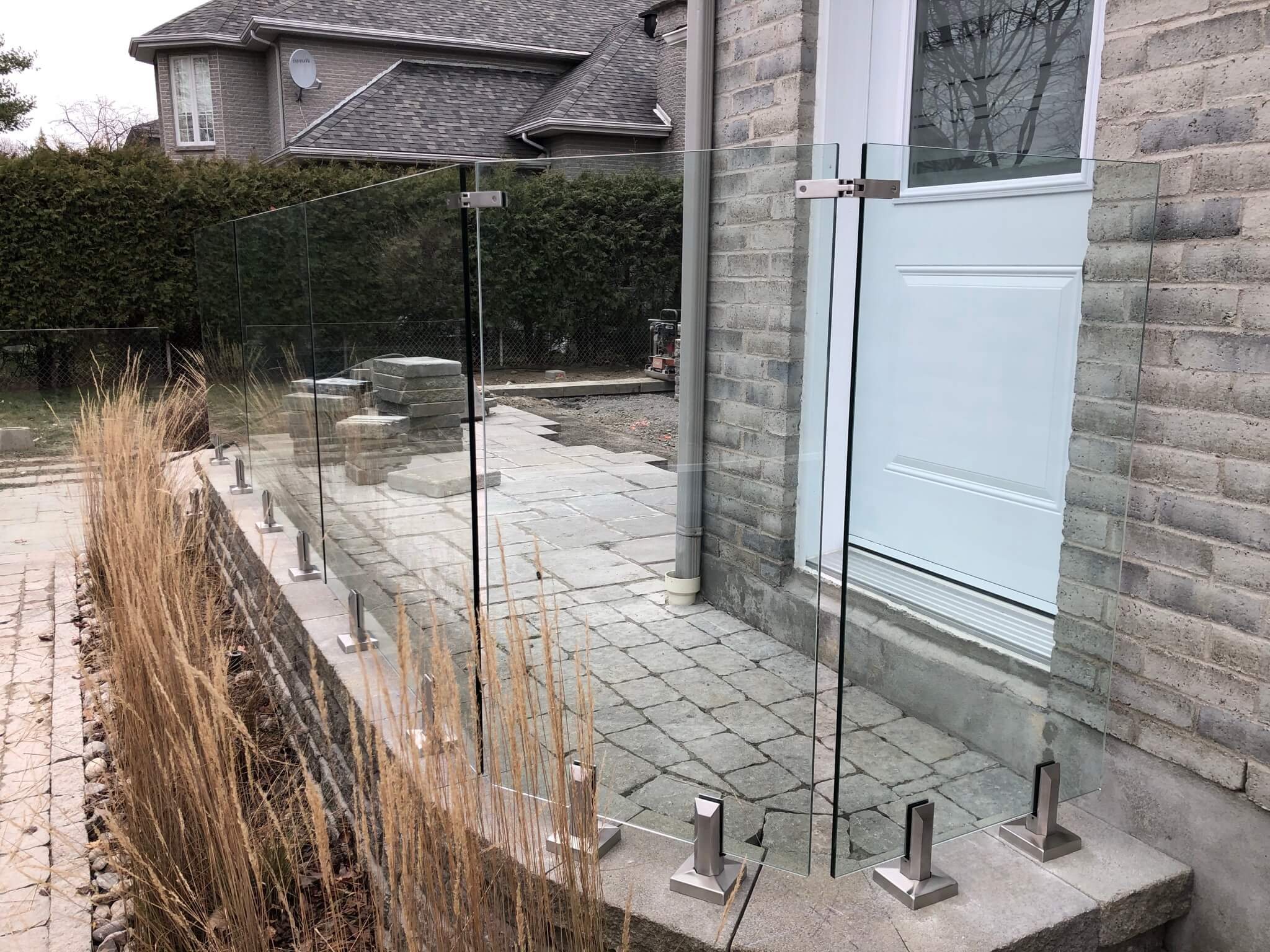 exterior glass railing with steel spigot 01