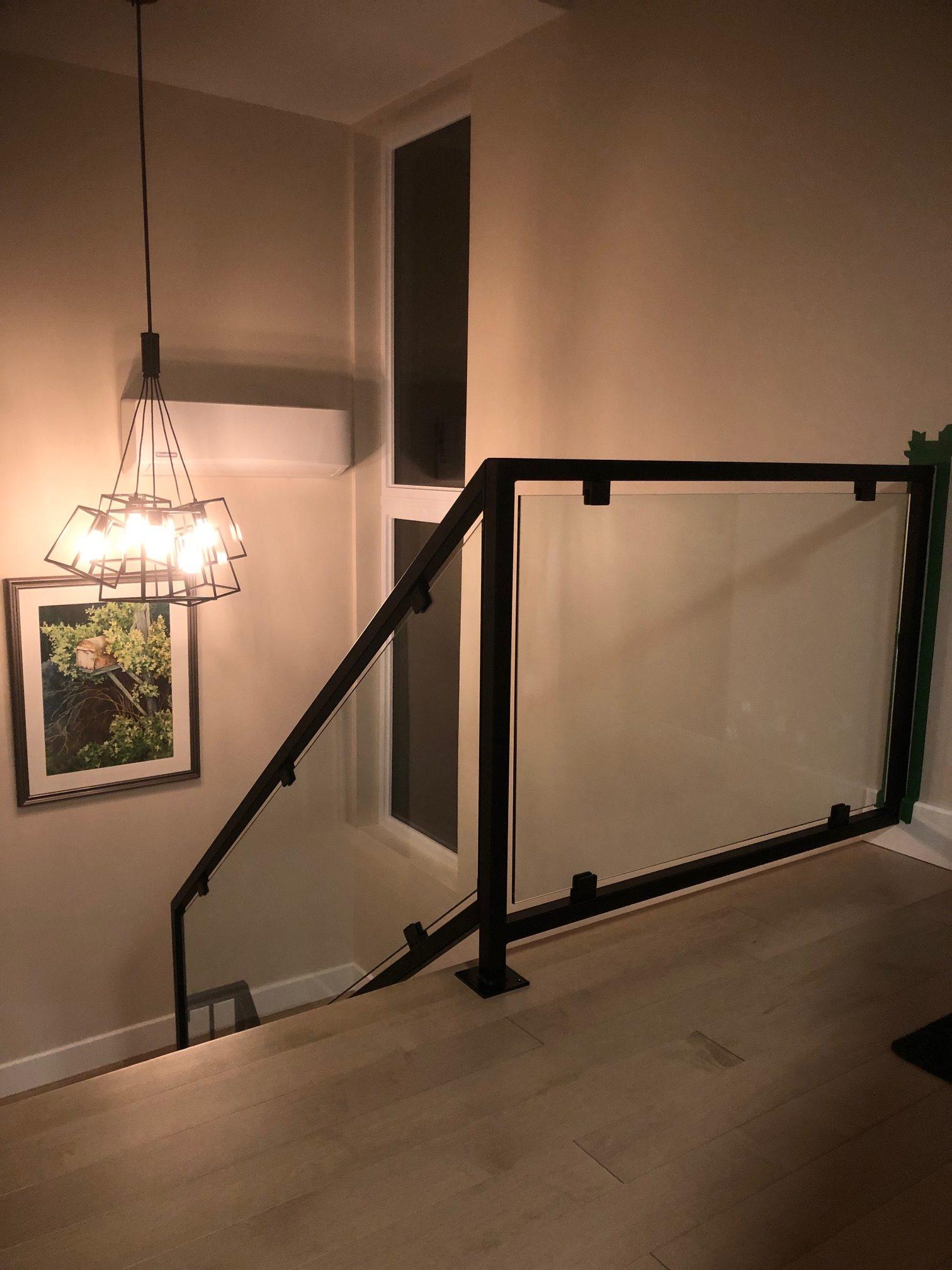 Rampe en verre intérieure avec cadrage acier noir